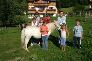 Ponyreiten auf Lara und Pünktchen im Familienhotel Faschin direkt am Längsee