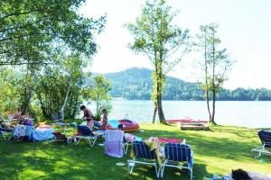 Schwimmen und entspannen am hauseigenen Badestrand im Familienhotel Fasching am Längsee